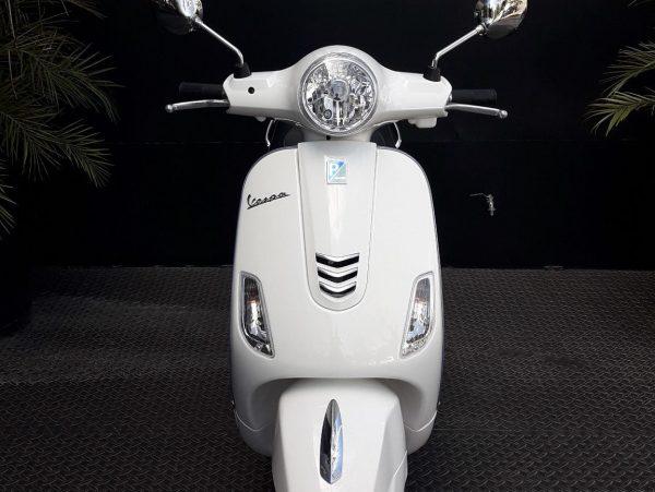 Foto producto Vespa blanca vista frontal en local Motoplex Córdoba