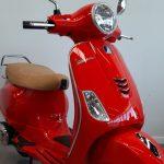 Foto producto vespa roja. plano abierto, vista frontal