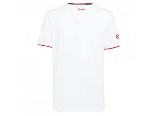 Remera blanca marca Vespa vista desde la espalda con un logo en el cuello y en la manga derecha un logo.