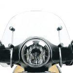 Moto Vespa 150 de frente con un parabrisa vxl corto trasparente