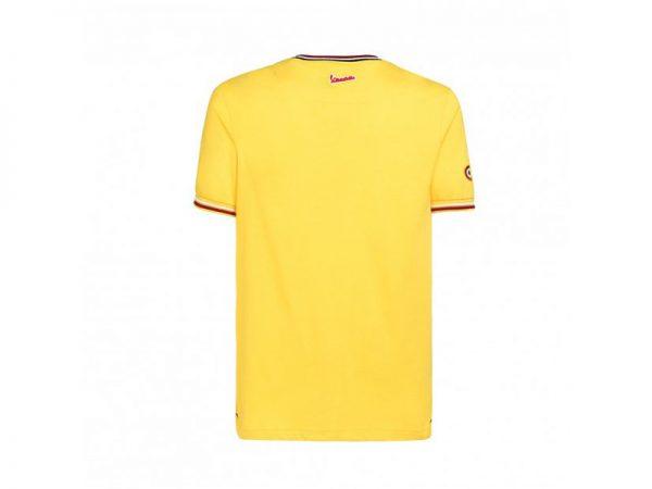 Remera amarilla marca Vespa vista desde la espalda con un logo en el cuello y en la manga derecha un logo.