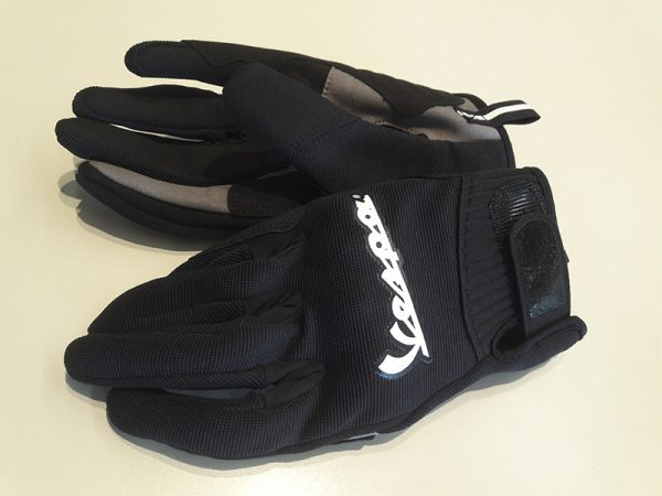 Frente y dorso guante vespa color negro con detalles en gris