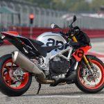 Moto aprilia tuono v4 1100 rf color negro rojo y blanco en pista de competición