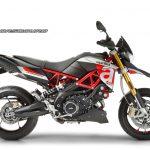 Moto Aprilia Dorsoduro 900 vista desde el frente derecho en tamaño