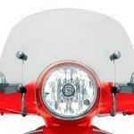 Vista cerca parabrisa vespa gts color fume en una moto color rojo