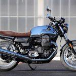 Lateral izquierdo Moto guizzi modelo V7 Anniversario color celeste/Azul con detalles en marrón
