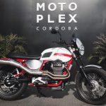 Moto Stornello V7 vista detalle derecha adelante de un cartel de Motoplex córdoba
