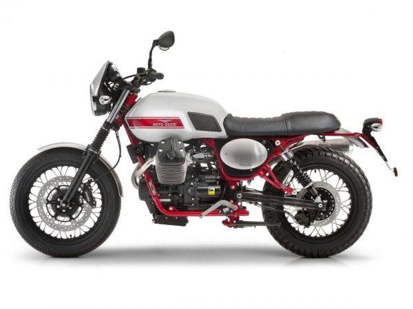 Moto Stornello V7 vista derecha lejos con un cartel de Motoplex córdoba