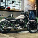Vista lateral derecho Moto Guzzi v9 Roamer en un garage