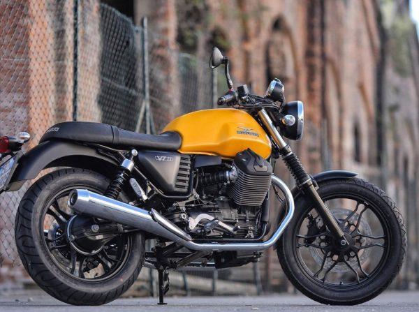 Moto Guzzi v7 iii vista posterior derecho lejos con detalles en color tanque amarillo