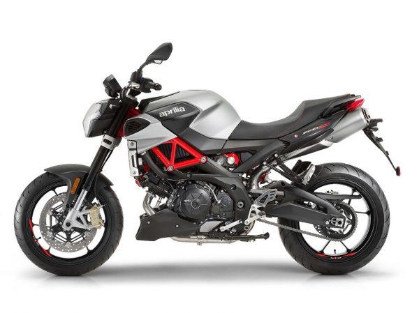 Moto Aprilia Shiver 900 vista de perfil izquierdo. Fondo blanco