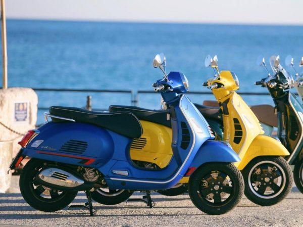 Motos Vespa gts 300 en color azul, amarillo y celeste.