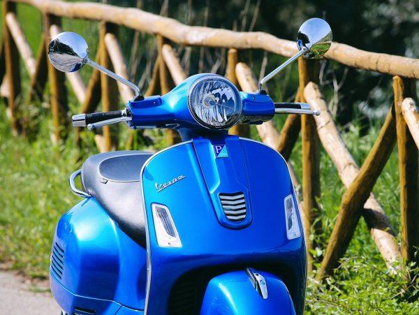 Foto producto vista frontal Vespa gts 300 color azul
