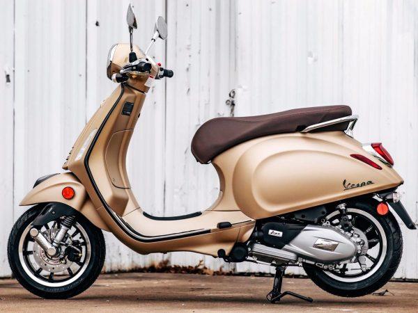 Foto producto Vespa 150 primavera color beige vista lateral izquierda.